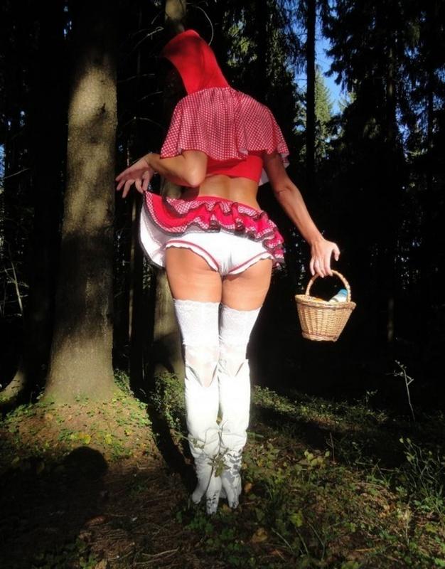 Страстная девушка в наряде красной шапочки