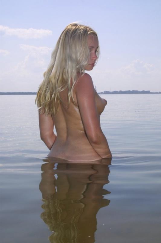 Озорная блондинка купается нагишом в ставке