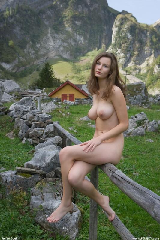 Голая развратница отдыхает в горах