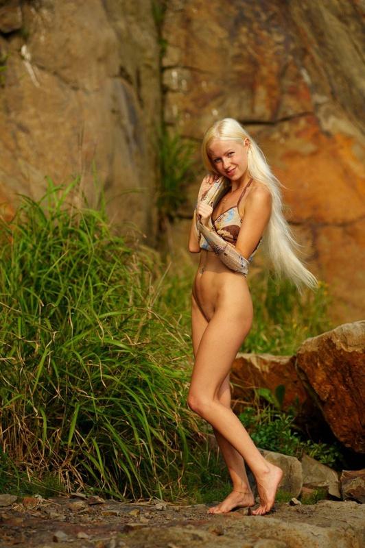 Обнаженная скалолазка блистает голыми формами