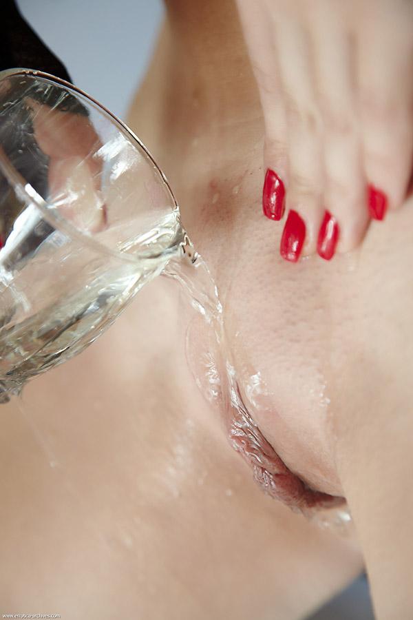 Шикарная брюнетка приготовилась принимать ванну