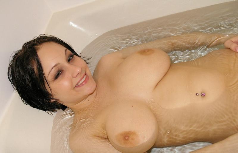 Сексапильная брюнетка принимает ванну нагишом