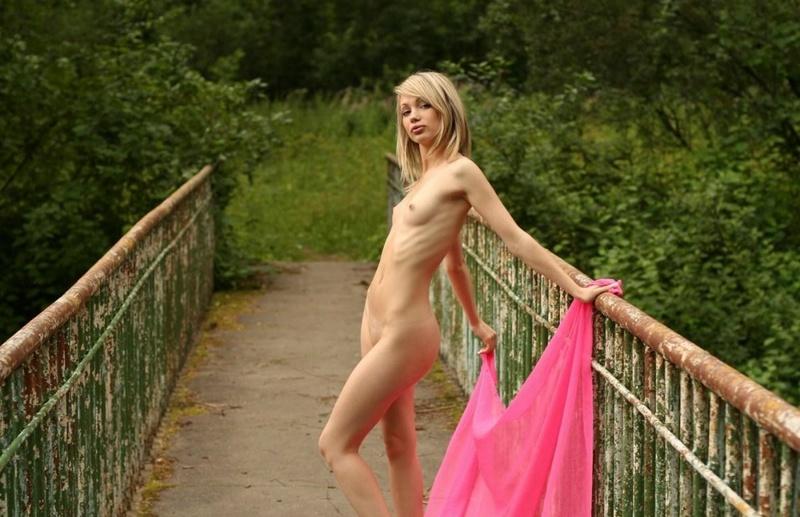Худенькая блондинка разделась на мосту