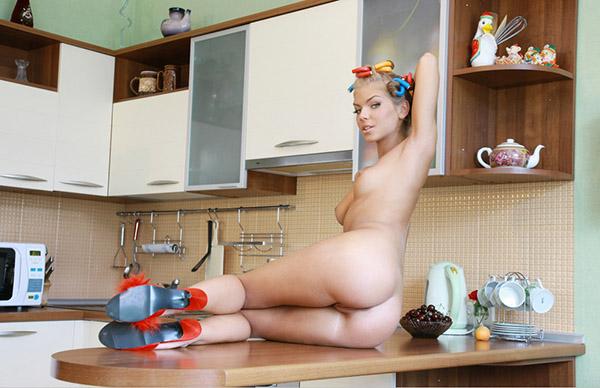 Раскрепощенная блондинка голышом на столе