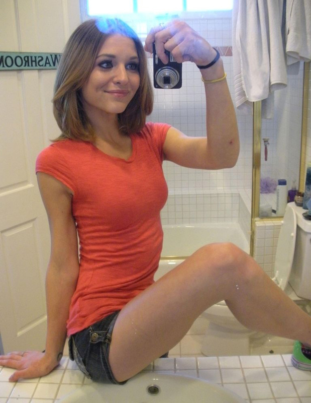 Стройняшка красуется оголенным телом перед зеркалом