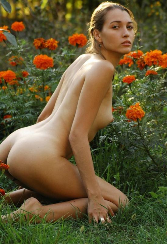 Изящная милашка оголилась на природе