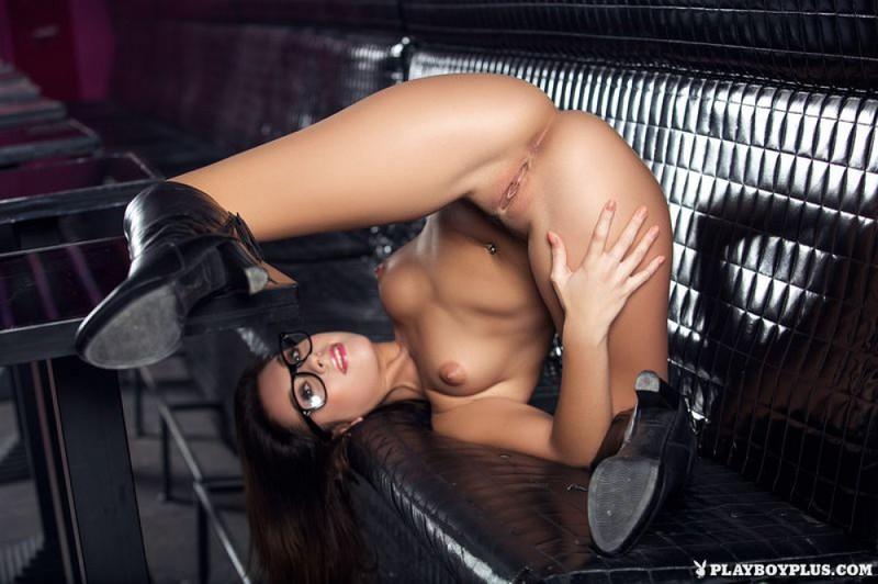 Стройняшка оголила красивое тело в ночном клубе