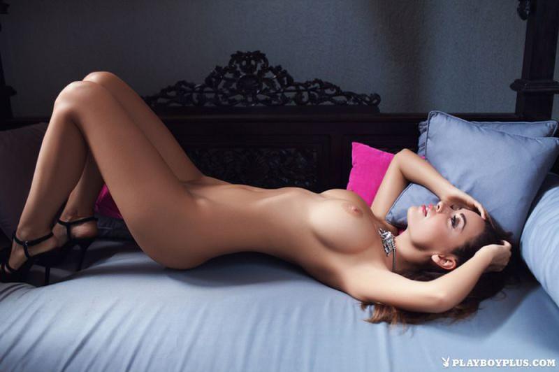 Грудастая брюнетка разделась на красивой кровати