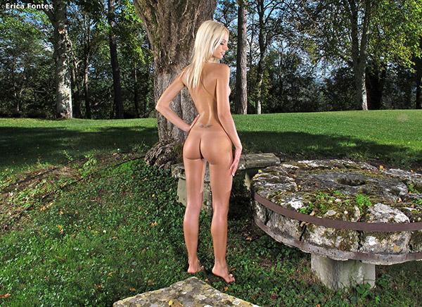 Сексуальная блондинка разделась у бассейна