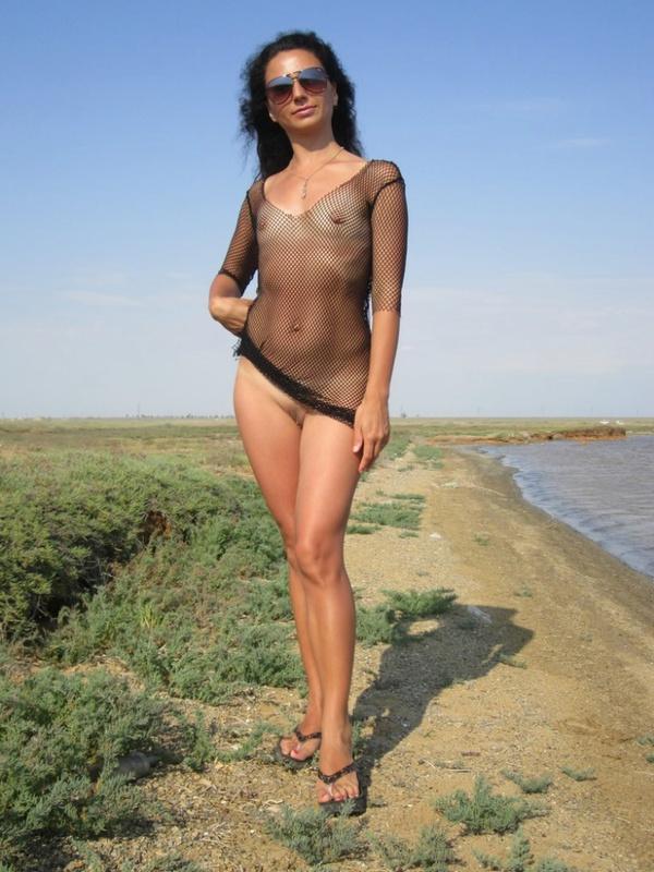 Загоревшая мамзель разделась на берегу водоема