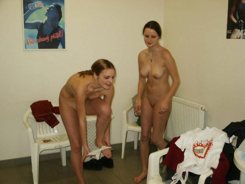 Оголенные подружки хорошенько отдыхают в баньке