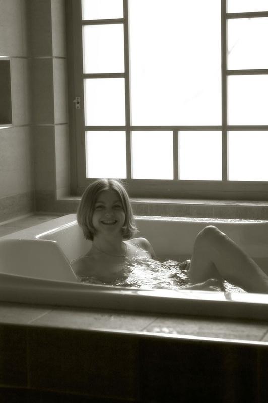 Изящная красотка принимает ванну
