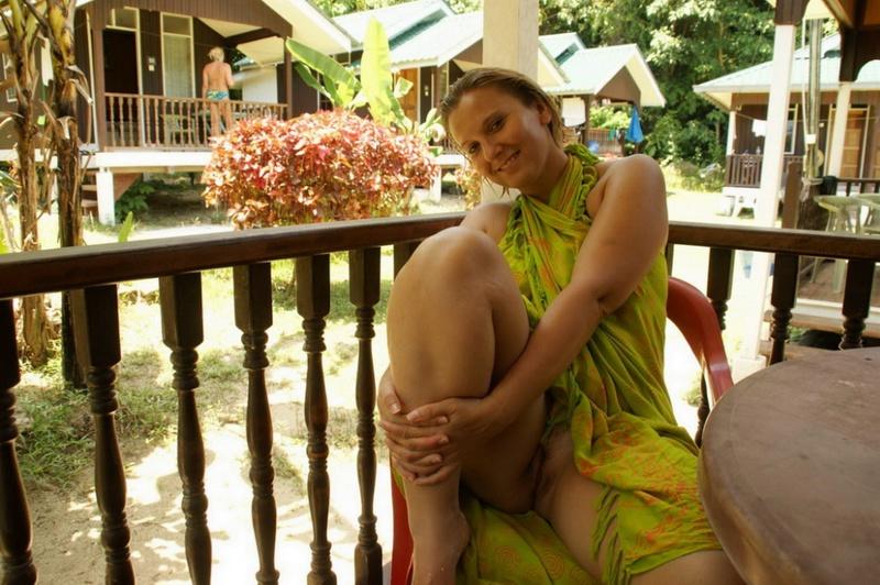 Симпатичная мамаша раздевается на отдыхе