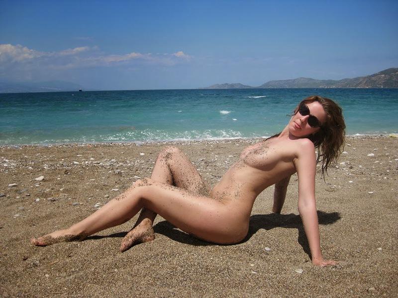 Сексапильная красотка обнажилась на песчаном пляже