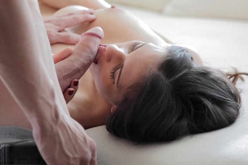 Умопомрачительная брюнетка получила сперму во влагалище