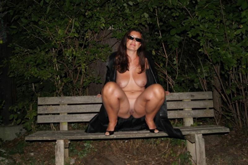 Привлекательная шалашовка разделась ночью на лавке