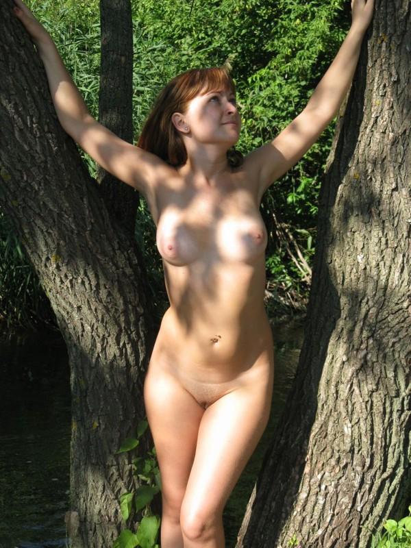 Привлекательная давалка обнажилась в лесу