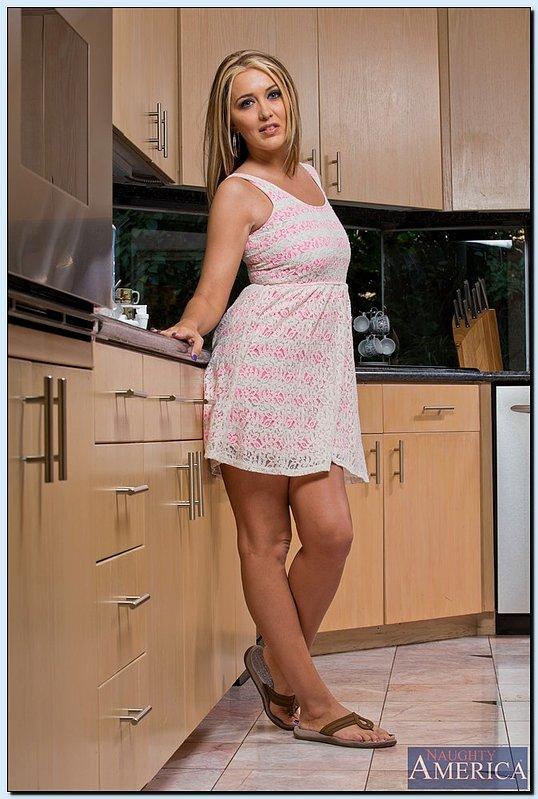 Зрелая блондинка блистает своими прелестями на кухне