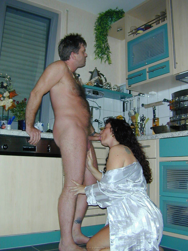 Супруга удовлетворяет избранника с помощью минета