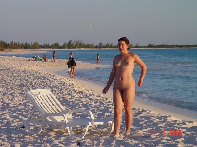 Пухленькая милашка на побережье океана