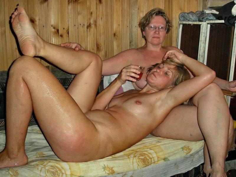 Зрелые толстушки расслабляются в бане