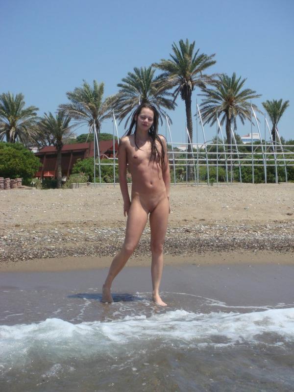Худощавая красотка разделась на пляже