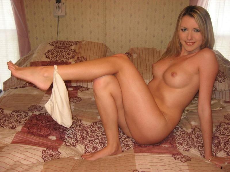 Сногсшибательная блондинка удовлетворяет себя пальчиками