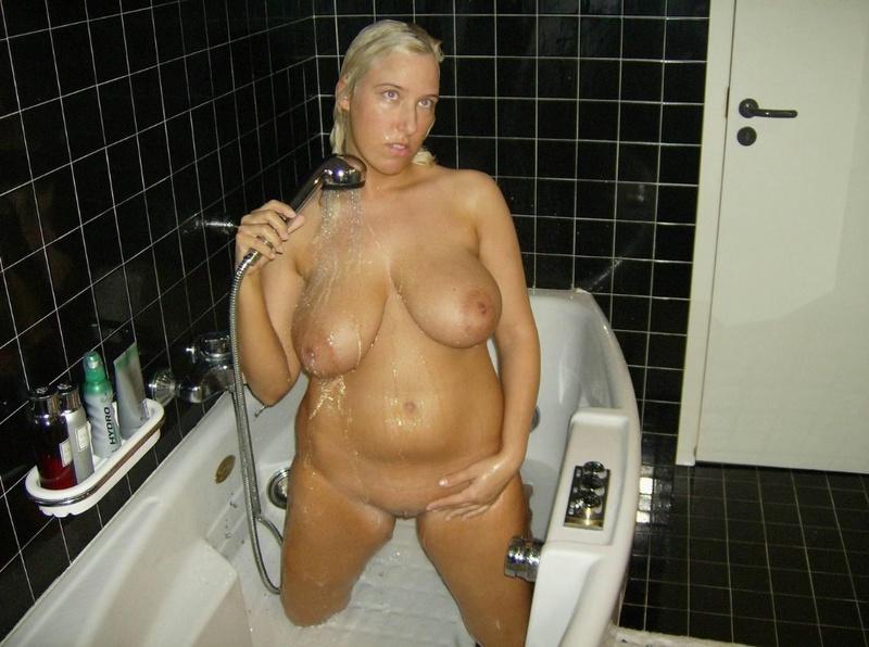 Голая пышка принимает душ после сна