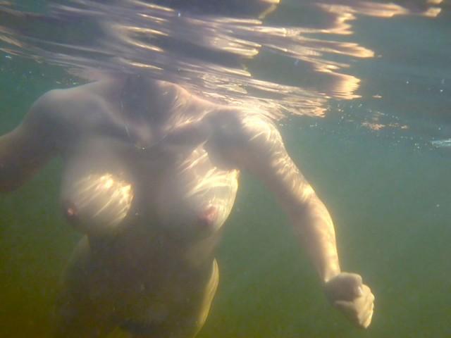 Грудастая нимфа отдыхает на берегу водоема