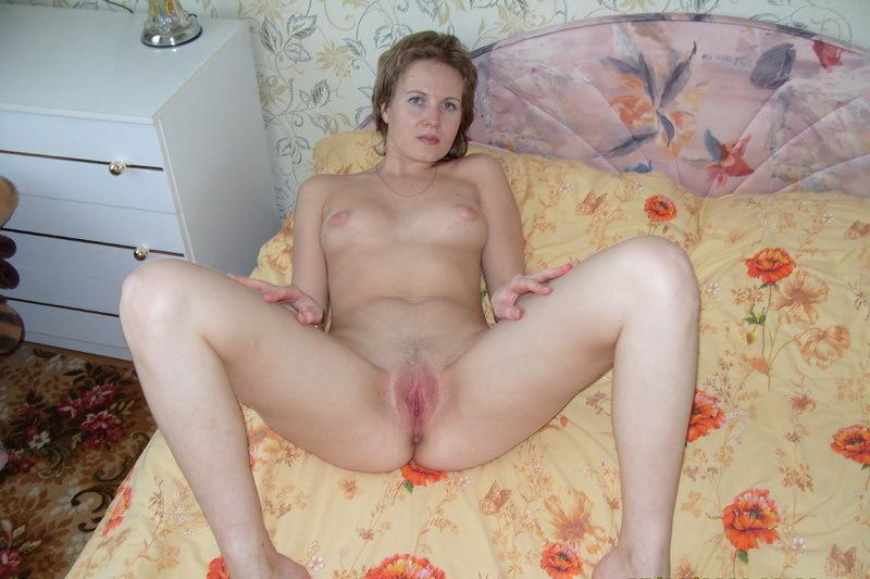 Бывалая шалшовка голышом на кровати