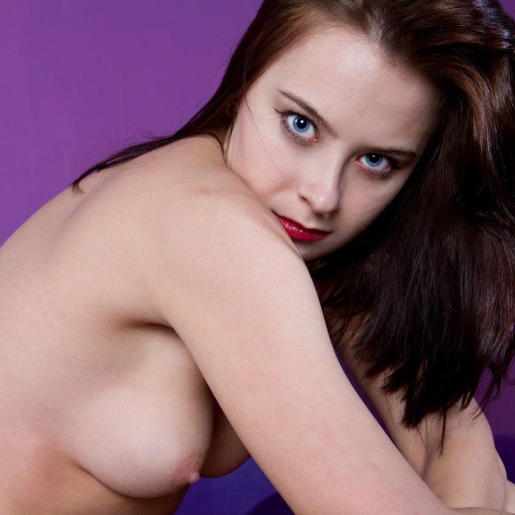 Изящная модель блистает красивой грудью