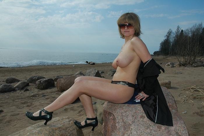 Дама с большими буферами на берегу озера