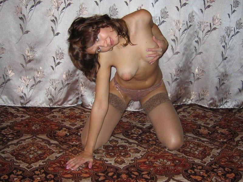 Игривая мамзель заводит оголенным телом