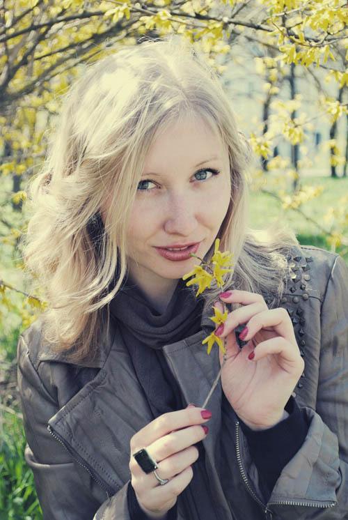 Хрупкая блондинка нагишом прогуливается по лесу
