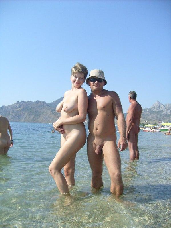 Мамзель выставила сиськи на нудистском пляже