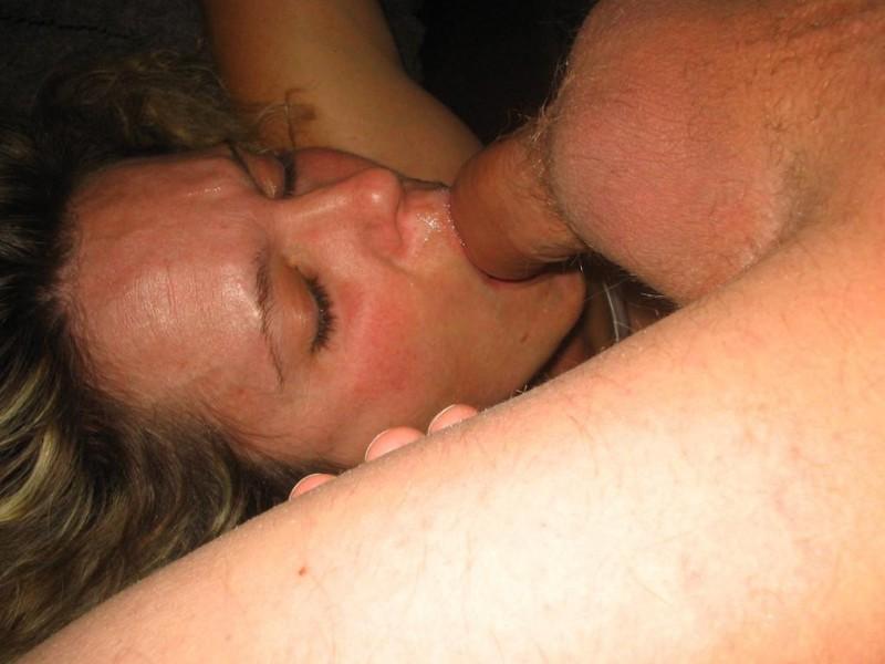 Секси блонда позволила кончать себе на лицо