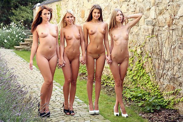Четыре модели показывают свои пикантные места