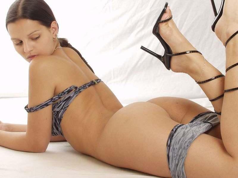 Сексуальная модель сверкает волосатой киской