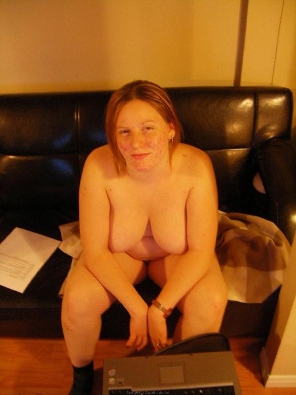 Пышная дама хвастается своим телом на диване