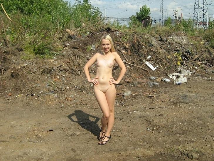 Смазливая блонди голенькая на улице