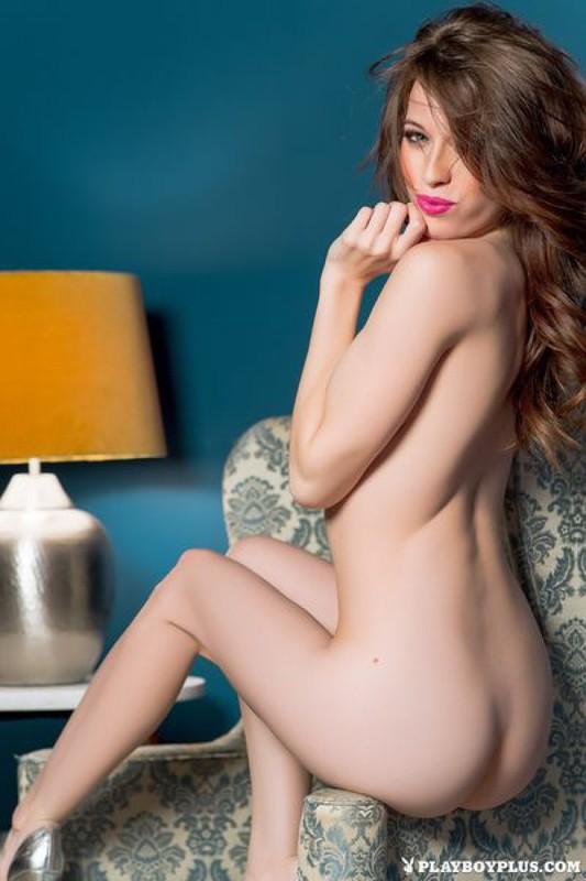 Сексуальная модель раздевается на кресле