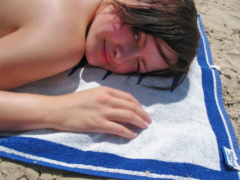 Стройная красотка оголят грудь на берегу океана