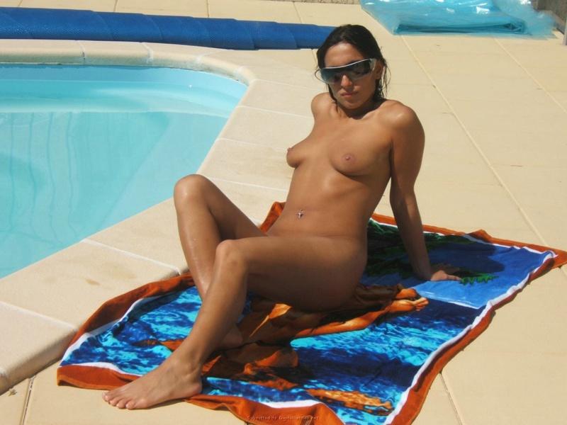 Развратная мамзель нагишом загорает у бассейна