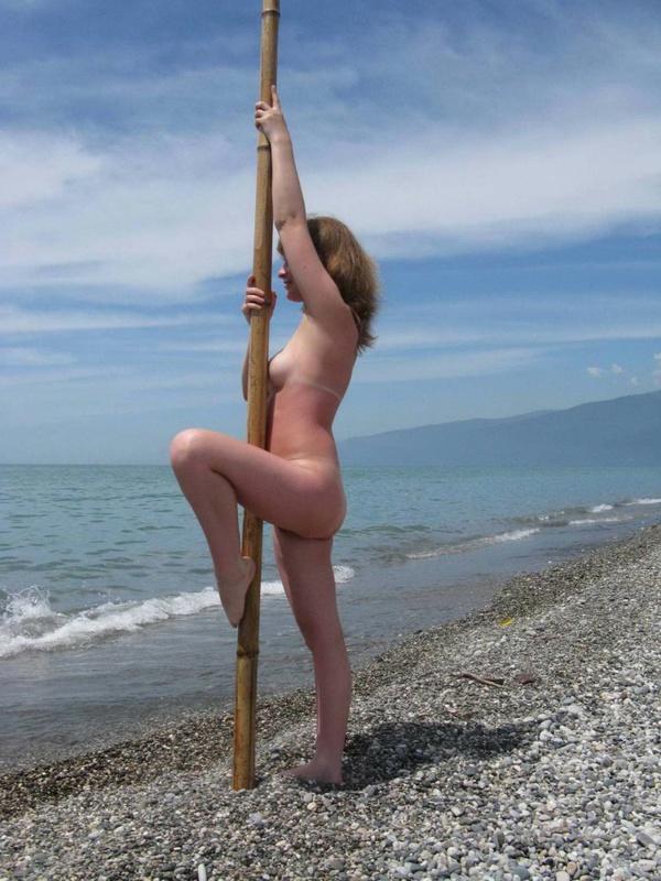 Обнаженная развратница прогуливается по пляжу