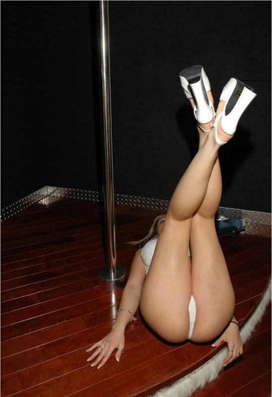 Сексуальная танцовщица искушает красивым телом