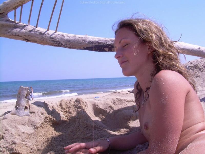 Фифа сверкает маленькими сиськами на пляже