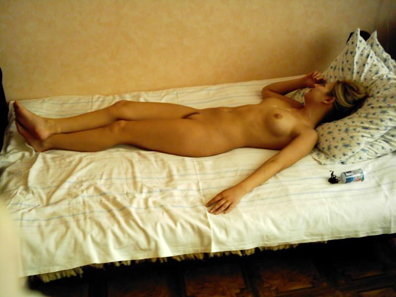 Стройная блондинка раздевается на диване