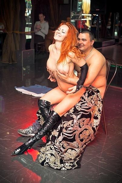 Рыжеволосая танцовщица блещет большими дойками