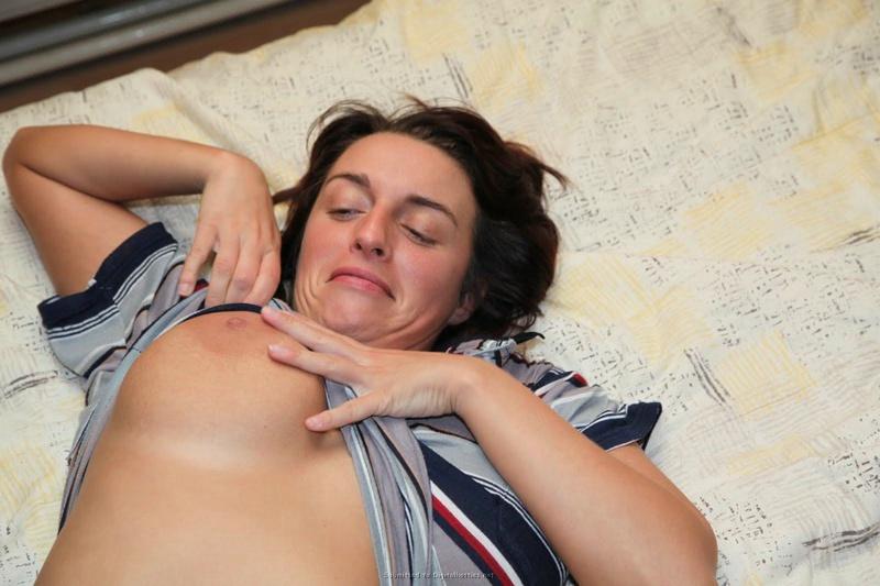 Сексапильная дама показала бюст