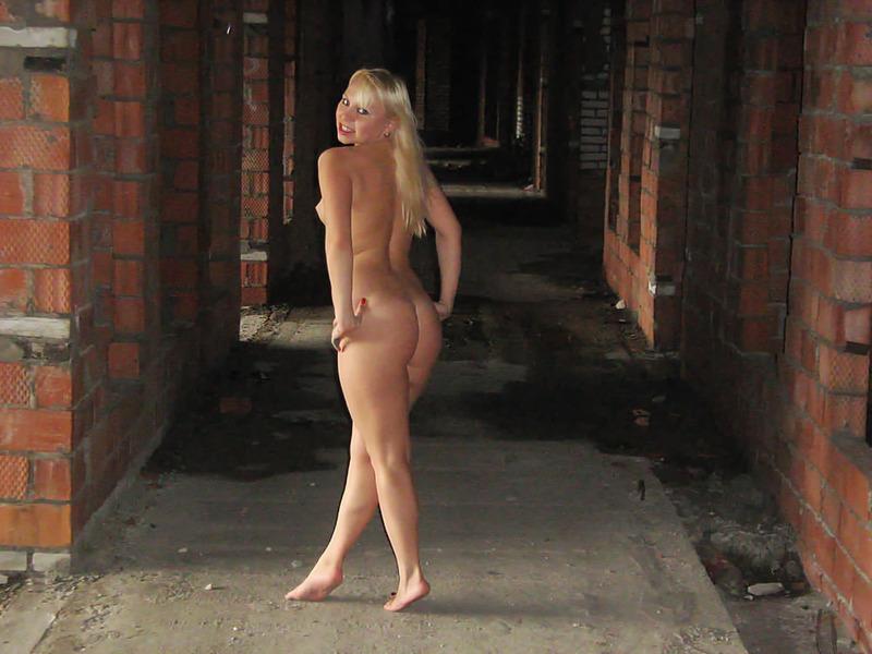 Голые блондинки прогуливаются по руинам